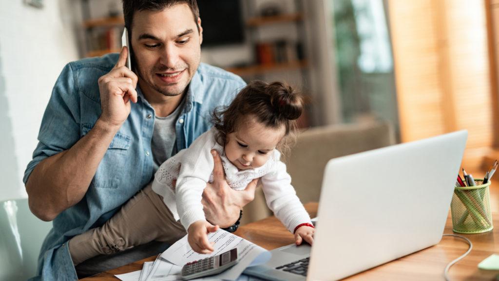 Homem tentando trabalhar no home office com criança