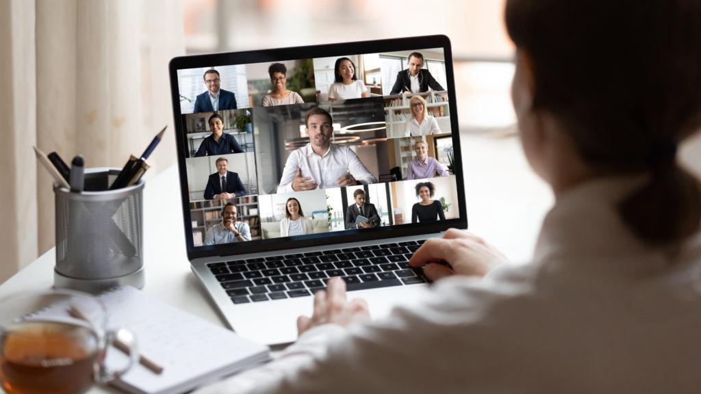 pessoas no computador em vídeo chamada